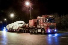 Schwere Fracht: Der Actros SLT von Mercedes-Benz hat einen 90 Tonnen wiegenden Airbus A 320 an Bord. © Daimler