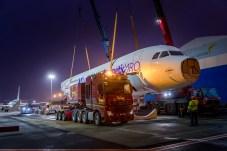 Bitte einsteigen! Der 60 Meter lange Rumpf des Flugzeugs wird auf die Ladefläche des Schwerlasters gesenkt. © Daimler