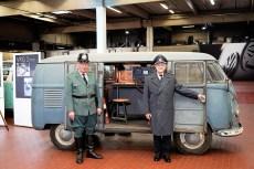Die ehemaligen Polizisten Felix Hoffmann (li.) und Heinz Scholze in damaliger Uniform vor dem VW T1 Radarmesswagen (Baujahr 1953). Foto: Auto-Medienportal.Net/Volkswagen