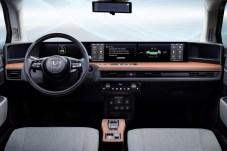 """Blickfang im Interieur ist das Armaturenbrett mit einem vertikalen """"Brett"""" aus Holzimitat, auf dem fast horizontal die Bildschirme angeordnet sind. © Honda"""