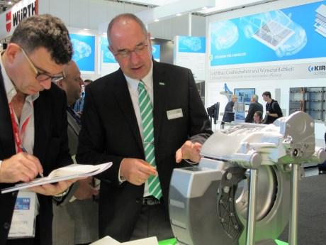Kai Knickmann, Geschäftsführer Erstausrüstung bei MANN+HUMMEL erläutert das System.