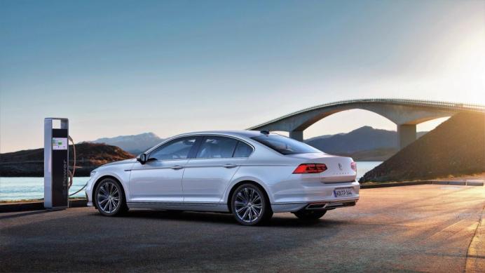 Mit einem weiterentwickelten Plug-In-Hybridantrieb wird Volkswagen den neuen Passat GTE als Limousine und Variant auf den Markt bringen. © Volkswagen