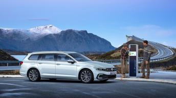 Am normalen Stromnetz mit 2,3 kW ist der Akku in sechs Stunden und 15 Minuten wieder voll. © Volkswagen