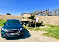Der Audi Q5 vor einem russischen Panzer im ehemals geteilten Dorf Mödlareuth bei Hof/Saale (Oberfrenken). © Klaus H. Frank