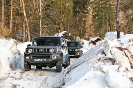 Wo größere Gefährte einen Umweg fahren müssen, kann der 1,65 Meter breite Japaner einfach zwischen den Bäumen hindurchflitzen. Und natürlich auch im Schnee glänzt der Jimny, fühlt sich da geradezu pudelwohl. © Suzuki