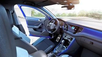 Im Innenraum findet sich das Logo auch auf den Rückenlehnen der Sitze wieder. Edelstahl-Pedalerie und ein lederbezogenes Multifunktions-Sportlenkrad mit Schaltwippen runden das Interieur des T-Roc R ab. © VW