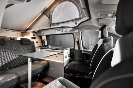 Die Sitze von Fahrer und Beifahrer lassen sich um 180 Grad drehen, so dass mit ihnen und mit der Sitzbank eine Sitzgruppe mit Tisch entsteht. Foto: Auto-Medienportal.Net/Crosscamp/Hymer