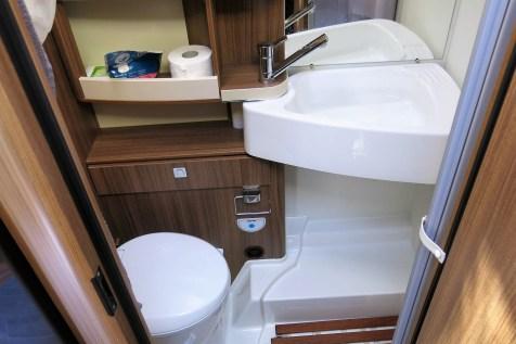 Die Nasszelle selber gewinnt mit einem Schwenkwaschbecken an Raum. Das steigert den Duschkomfort und erleichtert die Nutzung der Kassetten-Toilette. Foto: Auto-Medienportal.Net / Michael Kirchberger