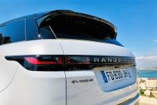 Glatte Flächen und klare Linien kennzeichnen das reduzierte Design des neuen Evoque und erinnern etwa am Heck stark an den größeren Range Rover Velar. © Ralf Schütze / mid