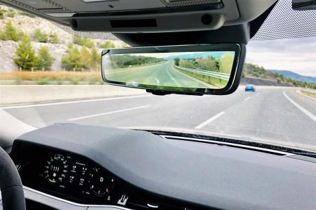 Praktisch: Ein aufpreispflichtiger digitaler Innenspiegel zeigt im 50 Grad-Blickwinkel ein besonders weites Sichtfeld des Geschehens hinter dem Evoque. © Ralf Schütze / mid