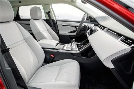 Im Innenraum dominieren glatte Flächen und sparsam eingesetzte Linien die strenge Eleganz à la Range Rover. Foto: Auto-Medienportal.Net/Jaguar Land Rover