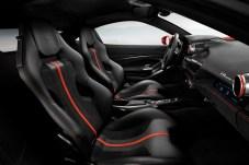 Sportlich luxuriös: die Sitzschalen und das auf den Fahrer zugeschnittene Cockpit des neuen Mittelmotor-Ferrari. © Ferrari