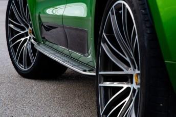 Der Macan S rollt serienmäßig auf 21-Zöllern mit Mischbereifung. © Porsche