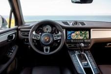 Willkommen daheim: Wie in allen Porsche-Modellen liefern die roten Zeiger auf schwarzem Skalengrund klare Informationen. © Porsche