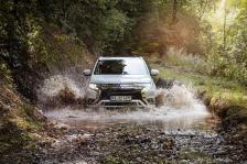 Dank der beiden E-Motoren, die Vorder- und Hinterachse antreiben, besitzt der Outlander Allradantrieb (Super All Wheel Control) und macht damit auch im Gelände (Bodenfreiheit 19 Zentimeter) eine relativ gute Figur. © Mitsubishi
