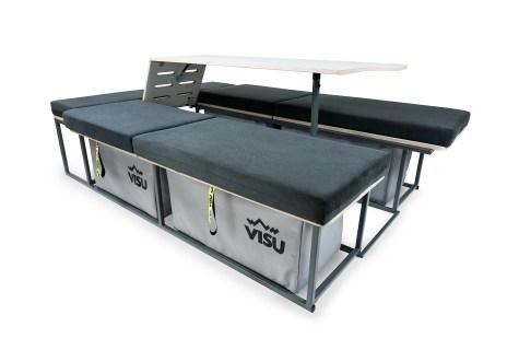 Der Ausbausatz besteht aus zwei längs eingebauten Sitzbänken mit fünf Zentimeter starken Sandwich-Matratzen. Foto: Auto-Medienportal.Net/Visu Sitka
