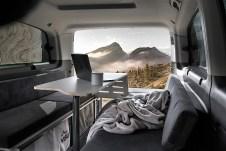 Je nach Fahrzeugtyp gibt es einen etwa 120 x 43 Zentimeter großen Tisch. Foto: Auto-Medienportal.Net/Visu Sitka