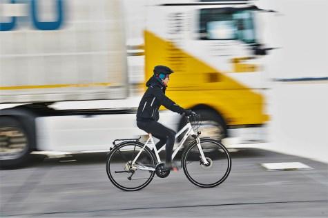 Radfahrerin im toten Winkel. Foto: Auto-Medienportal.Net/ADAC