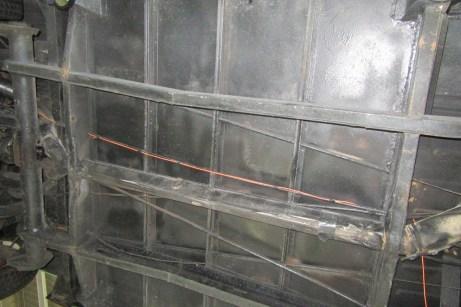 Der Unterboden ist mit nicht fahrzeugtypischen Blechen alles andere als authentisch restauriert. © Dekra