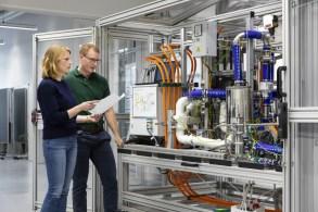 Bosch steigt in die Serienfertigung von Brennstoffzellen für Lkw und Pkw ein: Laboraufbau. Foto: Auto-Medienportal.Net/Bosch