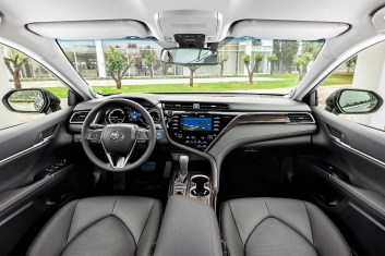 Mit der S-Linie im Armaturenbrett trennt Toyota das Hebelwerk des Fahrers vom Passagierbereich ab. © Toyota