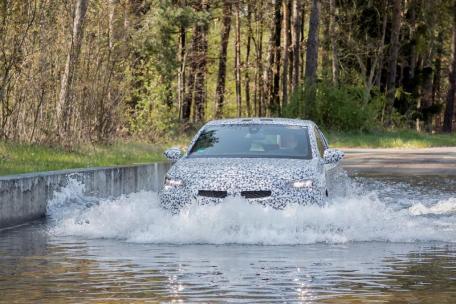 Nach den Autobahndisziplinen darf der Corsa Baden fahren: In der Wasserdurchfahrt werden verschiedene Tiefen ab 25 Zentimeter getestet. © Opel