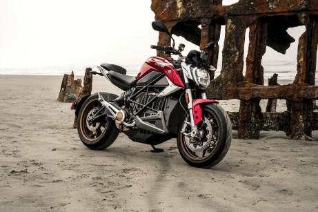 Alternativ zum ungewöhnlichen blaugrau-Ton unserer Testmaschine gibt es die Zero SR/F auch in Rot. © Zero Motorcycles