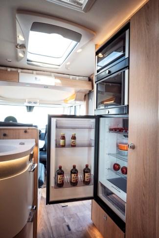 Die Kühlschranktür lässt sich nach beiden Seiten öffnen. © Hymer