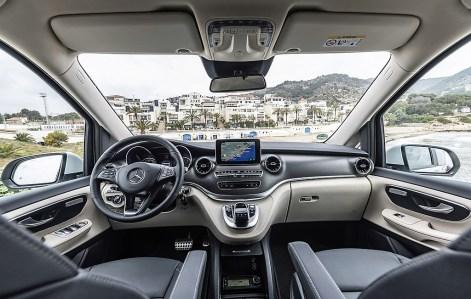 Alle Bedienelemente sind da, wo man sie vermutet, wobei allerdings der wie ein Fremdkörper aufrechtstehende Bildschirm eine bessere Integration verdient hätte. Foto: Auto-Medienportal.Net/Daimler