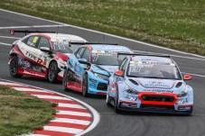Flotter Dreier: Hyundai und Honda liefern sich beim Saisonstart der ADAC TCR Germany in Oschersleben spannende Duelle. © Hyundai