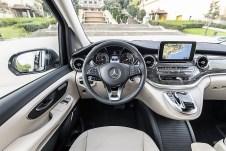 Wohnliches Ambiente: Bedienung und Materialien liegen bei der V-Klasse auf Pkw-Niveau. © Daimler