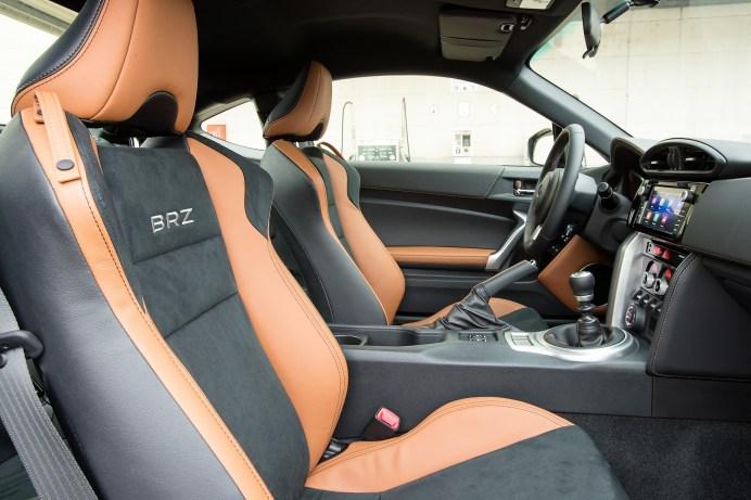 Den hochwertigen Eindruck im Innenraum unterstreichen hellbraune Ziernähte, die sich unter anderem am Leder-Lenkrad und Schalthebel, an der Türverkleidung sowie der Instrumententafel finden. © Subaru