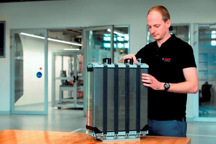 Statt mit aller Kraft die Wasserstoff-Thematik voran zu treiben, gibt Deutschland viel Geld für fragwürdige Maßnahmen aus, um die CO2-Belastung durch den Verkehr zu senken. Bosch jedoch hat im Bereich der Brennstoffzelle ein starkes Blatt auf der Hand – durch die Kooperation mit Powercell jetzt sogar noch einen Trumpf mehr. Foto: Auto-Medienportal.Net/Bosch