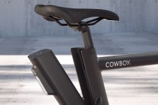 Der herausnehmbare Akku wiegt rund 2,4 Kilo und liefert 360 Wattstunden. © Cowboy