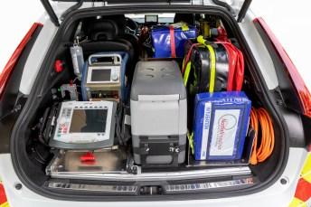 Der geräumige Kofferraum des MIC von Volvo ist mit allen wichtigen Hilfsmitteln zur medizinischen Akutversorgung gefüllt. © Volvo