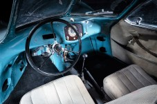 Spartanisch und weitgehend original: das Cockpit des Typ 64. © Staud Studios / Courtesy of RM Sotheby's
