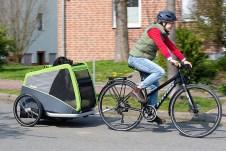 Mit Fahrrad und Hundeanhänger unterwegs. Foto: Auto-Medienportal.Net/Pressedienst Fahrrad