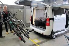 Abgeklappt erlaubt der Fahrradträger den Zugang zum CROSSCAMP-Heck.