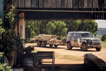 Der Defender übernahm zahlreiche Ortungsfahrten und transportierte darüber hinaus Ausrüstung für die Tierschützer. Foto: Auto-Medienportal.Net/Land Rover