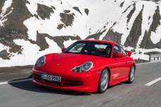 Heißes Eisen vor kaltem Hintergrund: Der GT3 mit dem internen Code 991.1 macht auch nach 20 Jahren noch eine gute Figur. © Porsche