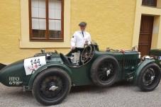 Der MG Kompressor MMM von 1933 mit seinem stolzen Fahrer Chris Dravec. Ein Hingucker bei der Oldtimer-Rallye. © Jutta Bernhard / mid