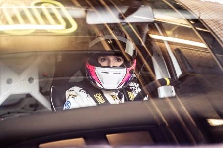 """Jasmin Preisig auf Volkswagen Golf GTI TCR vom VW-Team """"Girls only"""". Foto: Auto-Medienportal.Net/Volkswagen"""