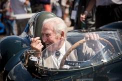 Testfahrer-Legende Norman Dewis am Steuer eines Jaguar-Rennwagens. © Jaguar Land Rover