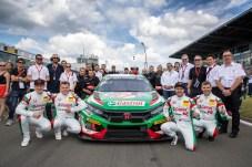 Gruppenbild mit Auto: Das Honda-Team ist startklar für das Comeback beim 24-Stunden-Rennen auf dem Nürburgring. © Honda / Thorsten Weigl