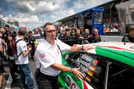 Klaus Kniedel in seinem Element: Der Teamleiter von Honda packt gerne selber mit an. © Honda / Thorsten Weigl