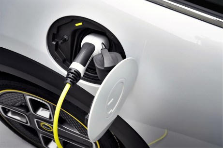 An einer Gleichstrom-Schnellladestation soll das auf maximal 50 kW ausgelegte Ladegerät die Batterie auch schon nach 35 Minuten zu 80 Prozent wieder aufgefrischt haben Foto: Auto-Medienportal.Net/BMW