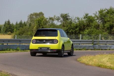 Der Honda e kriegt auch mit höherem Tempo sicher die Kurve. © Honda
