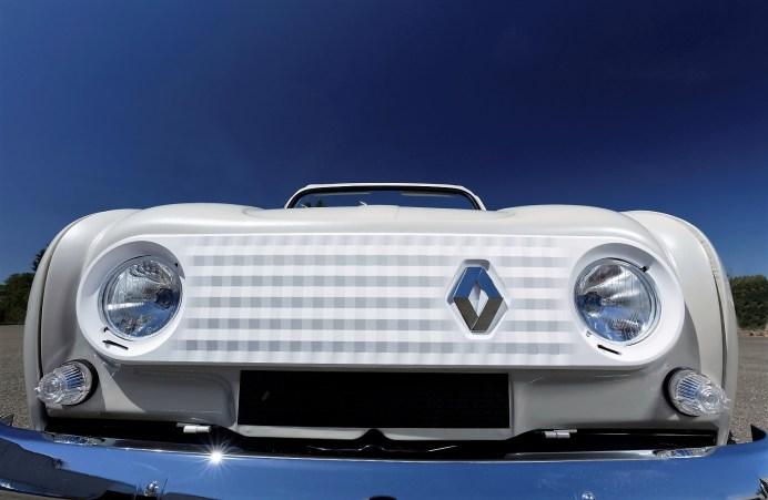 Statt des Kühlergrills ziert eine Kunststoffblende mit den Konturen der historischen Frontmaske das schneeweiße Einzelstück. © Renault