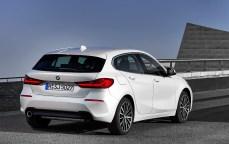 Bei der Länge bleibt der neue 1er auf dem Niveau seines Vorgängers. Mit 4,32 Meter (4319 mm) ist er einen halben Zentimeter kürzer als bisher. Innen sind die Platzverhältnisse dank Frontantrieb deutlich verbessert. © BMW