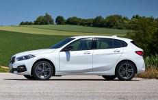 Im Profil des 1er BMW ist vor allem die leicht nach hinten ansteigende Fensterlinie signifikant für den neuen 1er. © BMW